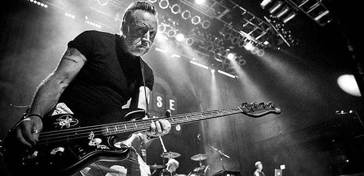 Peter Hook transmitirá un concierto con todos los éxitos de Joy Division como homenaje a Ian Curtis
