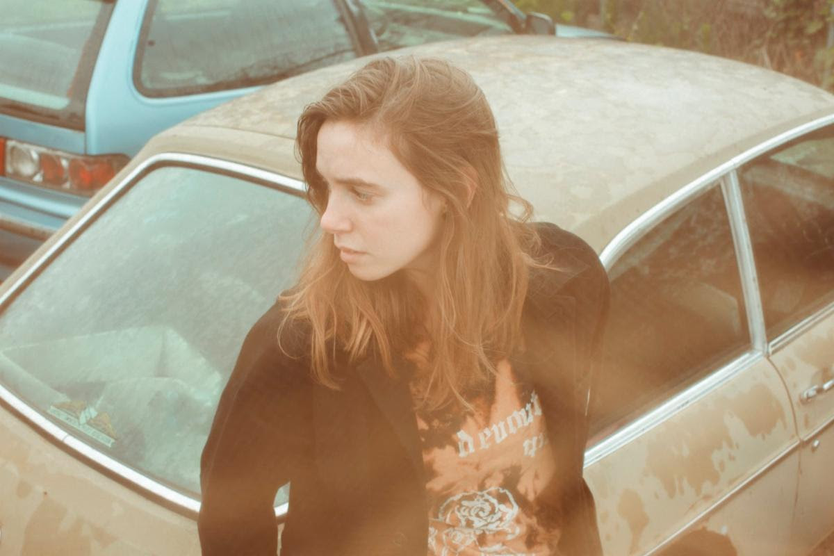 julien-baker-cover-a-dreamers-holiday-navidad (3)